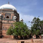 Multan - Mazar of Shah Rukn-i-Alam with flying Pigeons