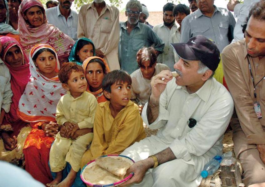 shahbaz-sharif-eating-with-poor - Liqatpur (District Rahim Yar Khan ...
