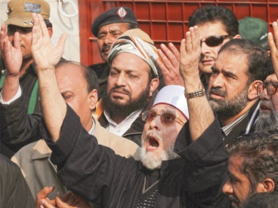 Tahirul Qadri prays in Lahore before leading long march