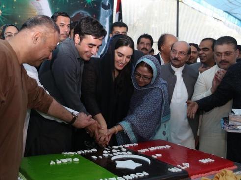 Bilawal Zardari cutting 46 anniversary cake in Karachi