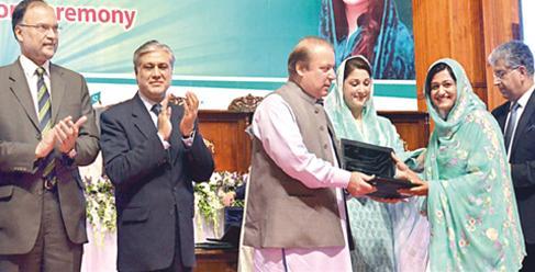 Nawaz Sharif Distributing Laptop to Female Student