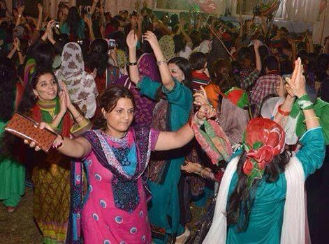 PTI Girls Dance in Islamabad Dharna 2