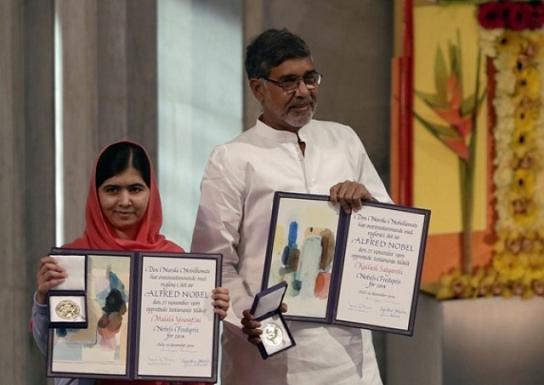 Malala Yousafzai and Kailash Satyarthi with Nobel Peace Prizes