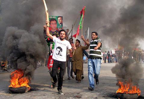 PTI Workers Clash in Ghanta Ghar Chowk Faisalabad