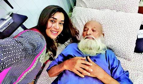 Komal Rizvi Selfie (Mobile Picture) With Abdul Sattar Eidhi in Hospital