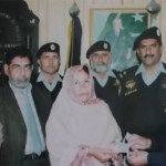 Shamim Akhtar receiving training certificate from Islamabad traffic Police