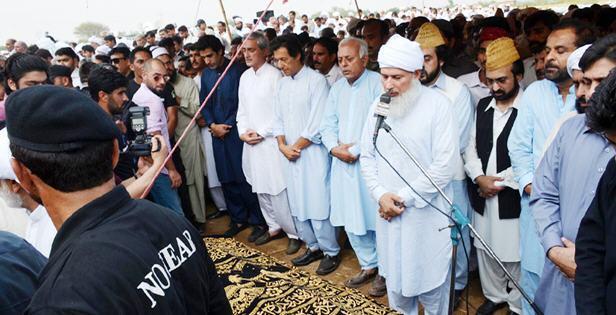 MPA Siddique Khan Namaz e Janaza in Taxila - Imran KHan, Jahangieer Tareen Present in first row with wearing shoes
